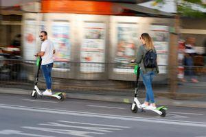 Tây Ban Nha cấm xe scooter điện đi trên vỉa hè