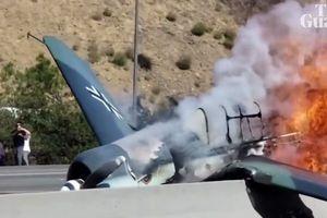Máy bay 'Mock WWII Đức' bốc cháy ngùn ngụt giữa đường cao tốc Mỹ