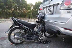 Xe máy đâm vào xe ôtô dừng sự cố có được bồi thường?