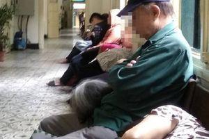 Đăng ảnh minh họa câu chuyện xúc động trong bệnh viện, anh chàng khiến dân tình hú hồn hú vía vì góc chụp tai hại