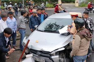 Hiện trường vụ ô tô con mất lái, tông xe máy rồi húc văng học sinh