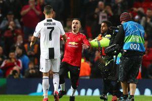 C.Ronaldo 'selfie' với fan cuồng lao vào sân ở trận gặp MU
