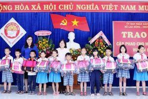 Quảng Ngãi: Trao tặng 540 cặp phao cho học sinh 4 huyện vùng lũ