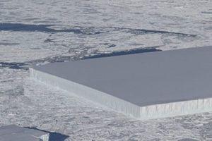 Một tảng băng trôi vuông vắn một cách kinh ngạc ở Nam Cực.