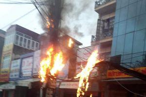 Thanh Hóa: Cột điện bốc cháy nghi ngút giữa trời mưa