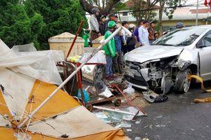 Ô tô tông hàng loạt xe máy, 4 người nhập viện cấp cứu