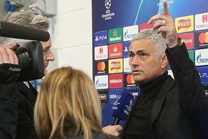Thầy trò Mourinho lại đến muộn