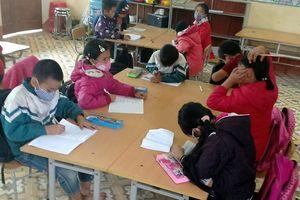 Cám cảnh mang khẩu trang trong lớp, học sinh đồng loạt nghỉ học