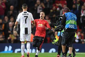 Cổ động viên quá khích lao vào sân đòi ôm bằng được Ronaldo