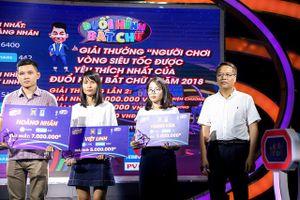 Đại diện PV GAS trao giải cho thí sinh được yêu thích trên fanpage của Đuổi hình bắt chữ