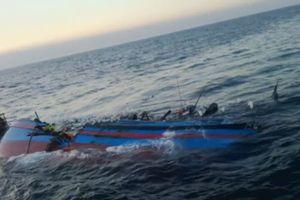 Đưa 13 ngư dân gặp nạn trên biển vào bờ an toàn