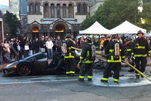 Siêu xe Lamborghini Huracan bốc cháy khi đang lăn bánh