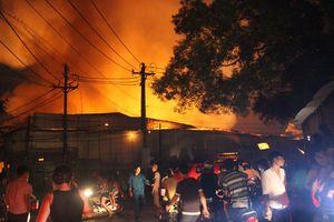 Xưởng gỗ cháy lớn trong đêm, cháy lan sang một công ty gỗ