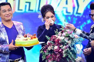 Việt Hương bật khóc nức nở khi được tổ chức sinh nhật tại trường quay