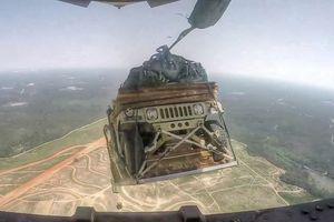 Chưa đến căn cứ, máy bay vận tải Mỹ đã thả thiết giáp Humvee
