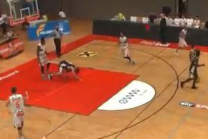 Clip: VĐV bóng rổ bị đấm 'vỡ mặt' vì trêu ngươi đối thủ