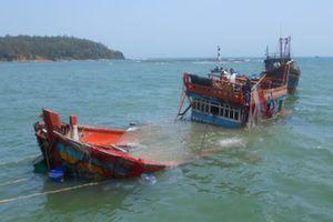 Chìm tàu cá trên biển, 13 ngư dân thoát nạn