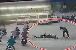 Tài xế xe máy thoát chết hy hữu sau pha 'nằm gầm' xe tải ở Sài Gòn