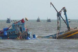 Quảng Ngãi: Giải cứu 13 ngư dân lênh đênh trên biển vì bị chìm tàu