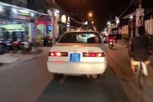 Người lái ô tô biển xanh hú còi âm ỉ trên phố Sài Gòn khai do con bấm nhầm