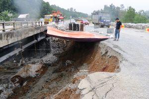 Phân luồng Cao tốc Nội Bài - Lào Cai để sửa đường tạm qua cầu Ngòi Thủ