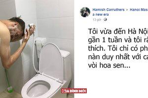 Chàng 'Tây ngố' đến Việt Nam du lịch dùng nhầm vòi xịt toilet để... gội đầu