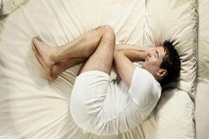 Quý ông 'lên xuống thất thường' vì nằm ngủ sai cách