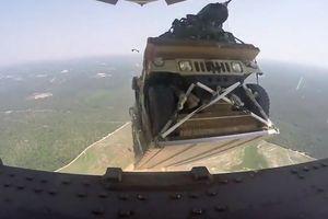 Video Mỹ thả nhầm xe Humvee từ máy bay vận tải C-17 xuống rừng