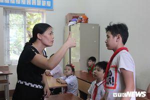 Cô giáo Phú Thọ 18 năm dạy trẻ khuyết tật kể kỷ niệm bị học sinh vụt chổi vào người