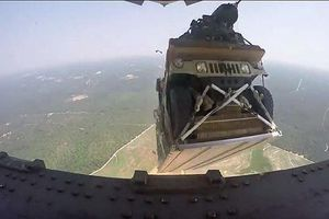 Không phải thả nhầm, mà xe Humvee của quân đội Mỹ bị... đánh rơi?