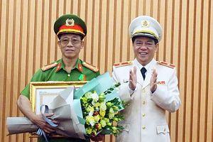 Trao tặng Huân chương Bảo vệ Tổ quốc hạng Ba cho Đại tá Nguyễn Văn Sơn