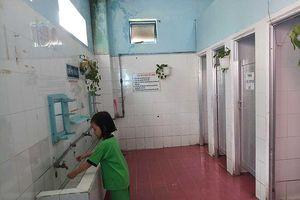 Học sinh nhịn tiểu vì nhà vệ sinh quá hôi