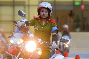 Nữ cảnh sát tương lai trổ tài luồn lách với xe phân khối lớn