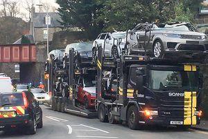 Tai nạn hy hữu, loạt Jaguar và Range Rover biến thành xe mui trần