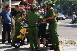 Tước bằng lái 2 tháng của nam thanh niên kéo ngã cảnh sát xuống đường