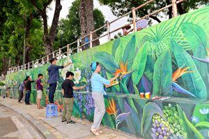Bốn mùa hoa Hà Nội vào… tranh tường