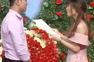 Cô gái tên Thị Phi cầm giấy 'chất vấn' bạn trai tại Bạn muốn hẹn hò