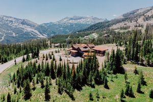 Ngắm nhà trên núi yên bình giữa thiên nhiên kỳ vĩ