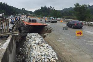 Đường tạm cao tốc Nội Bài - Lào Cai sạt lở, nhiều phương tiện bị cấm lưu thông
