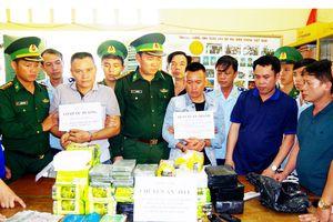 Bắt 2 nghi phạm vận chuyển 32 kg ma túy đá và 10 bánh heroin