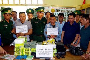 Bắt 2 đối tượng vận chuyển 10 bánh heroin, 32kg ma túy đá trên xe khách của Lào