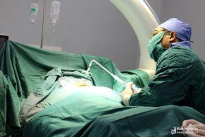 Thực hiện kỹ thuật bơm xi măng sinh học điều trị bệnh xẹp đốt sống lưng