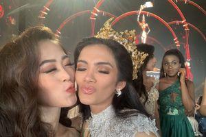 Phương Nga chụp ảnh thân thiết với tân hoa hậu Sosa, hạnh phúc trong vòng tay ba mẹ tại hậu trường Miss Grand