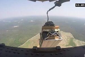 Quân đội Mỹ thả nhầm xe bọc thép nặng hàng tấn từ trên không