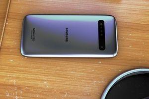 Samsung Galaxy S10 hoàn toàn không có viền màn hình đẹp ngỡ ngàng, cả fan Apple cũng phải gật gù khen chất