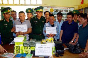 Hà Tĩnh: bắt 2 đối tượng vận chuyển 10 bánh heroin, 32kg ma túy đá trên xe khách