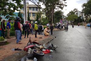 Lâm Đồng: Mất lái xe con tông xe máy rồi húc văng học sinh