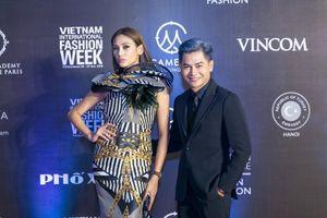 Võ Hoàng Yến quyền lực sánh vai cùng Nam Trung trên thảm đỏ Vietnam International Fashion Week Thu Đông 2018
