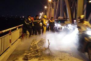 Xe máy bốc cháy ngùn ngụt trên cầu, chủ xe may mắn thoát nạn