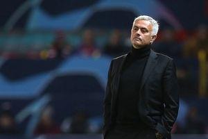 Mourinho muốn cả đội Man Utd đi bộ tới Old Trafford